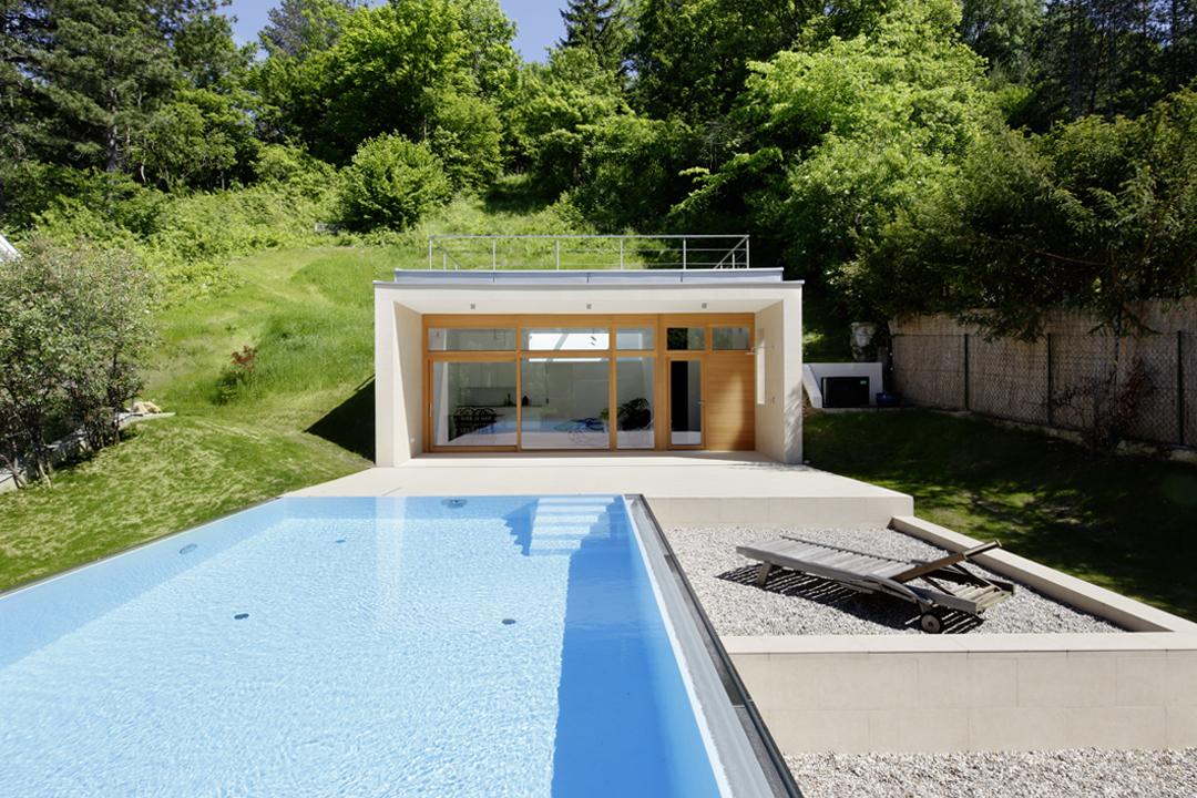 poolhaus das mit seinen terrassen und dem schwimmbecken bilden ein klar umrissenen rahmen zur umgebenden natur pool haus hamburg